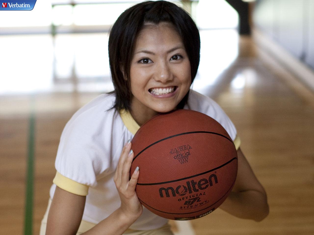 バスケットボールを持ち笑顔いっぱいのAKB48時代の宮澤佐江